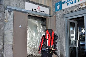 Photo: Saliendo a la cueva que da a la arista. Foto Ch