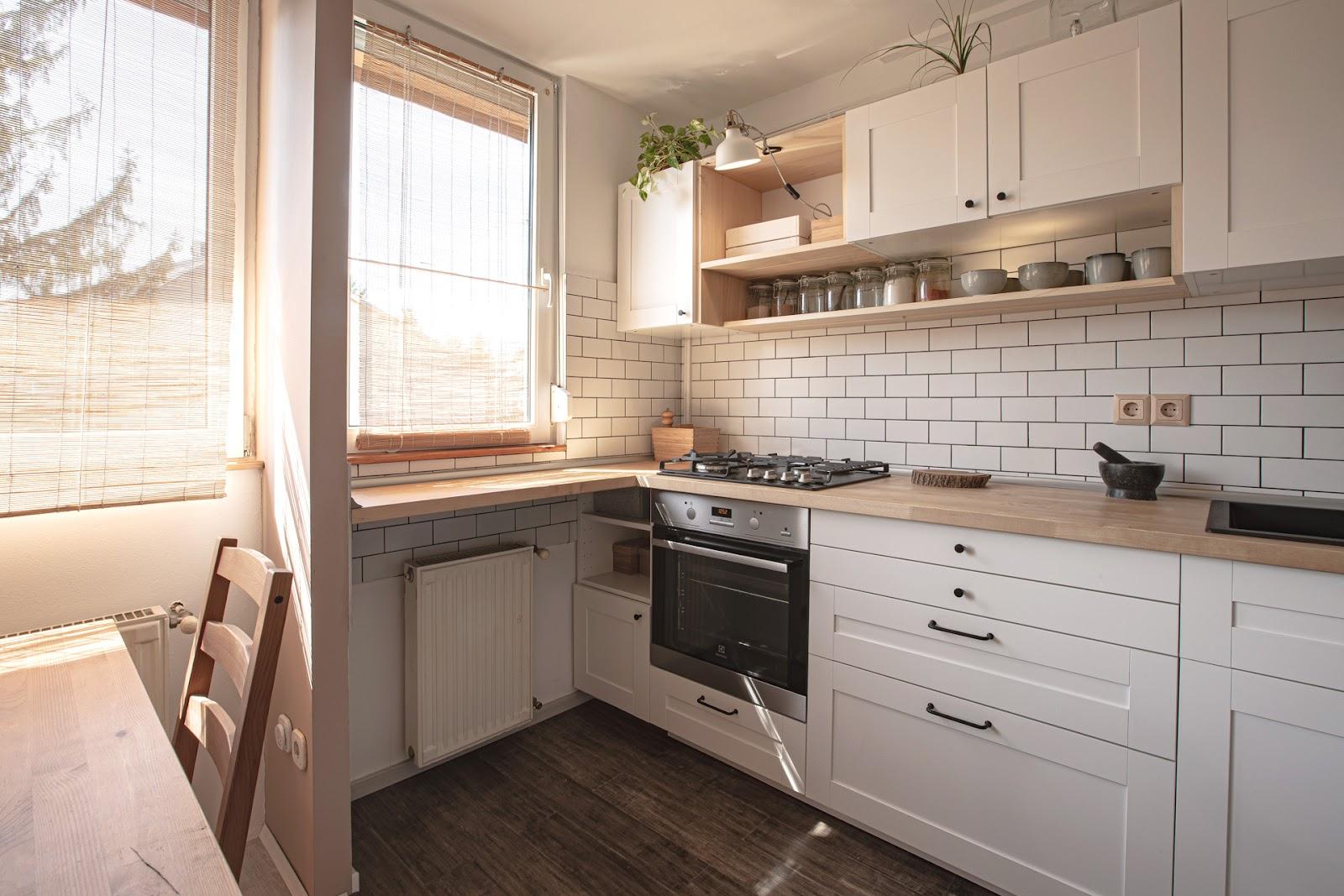 fehér konyhabútor fa munkalappal