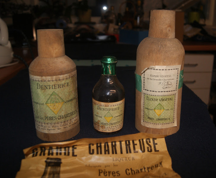 Photo: Section pharmacie : élixir datant des années 30-40 en provenance d'Espagne, à droite le dentifrice de la même période. (merci à Thierry)