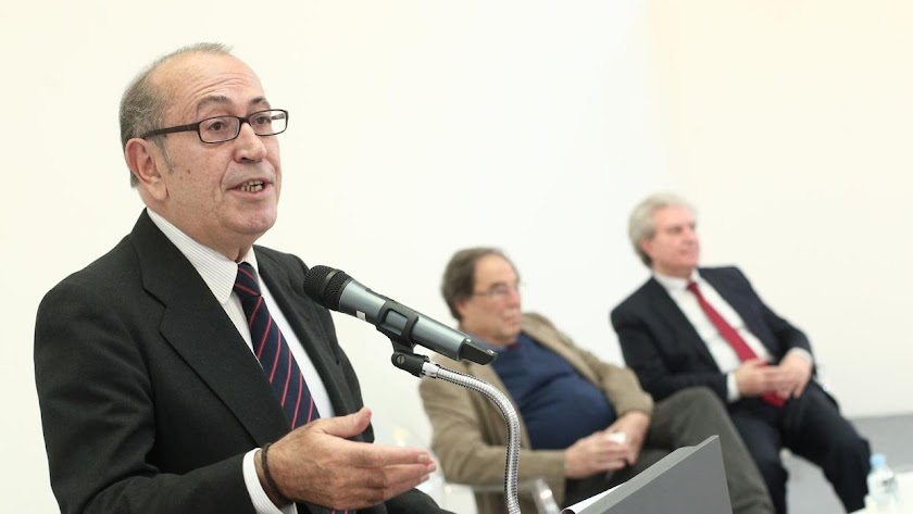 """Representantes de la sociedad civil hablando sobre la """"Carta de los españoles""""."""