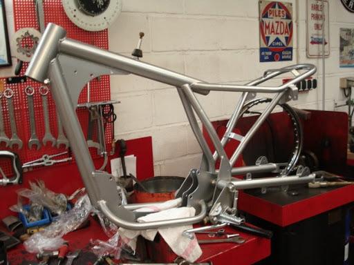 Remontage du chassis de la Wassell Bantam chez Machines et Moteurs.