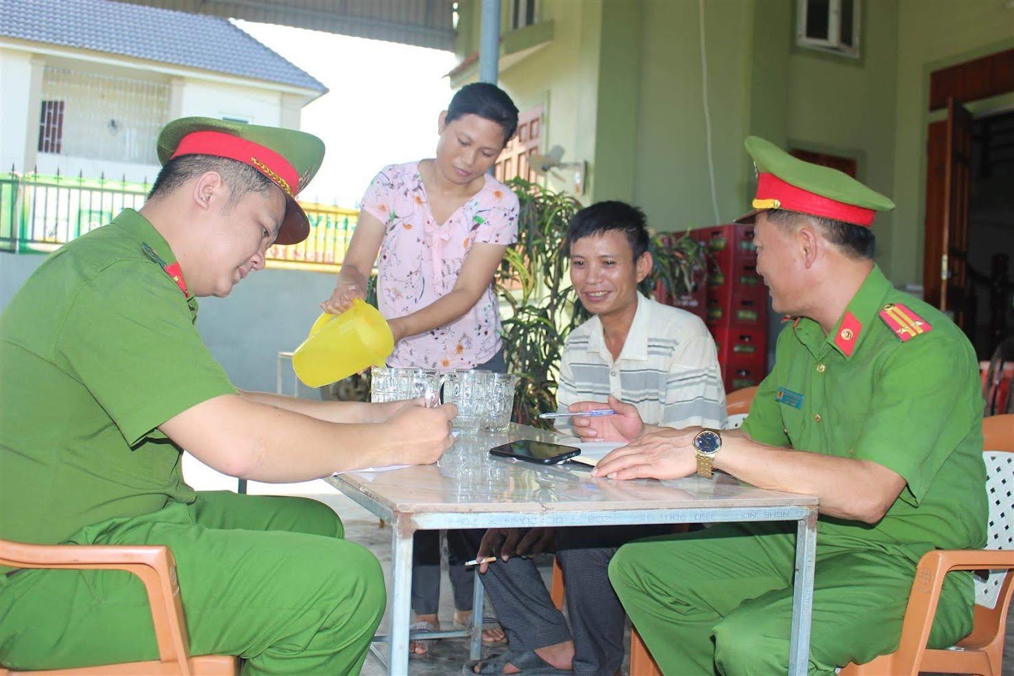 Cán bộ Đồn Công an Diễn Hải trao đổi với người dân về công tác đảm bảo ANTT