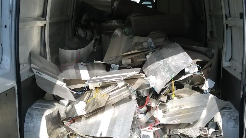 Una furgoneta de la Policía Nacional cargada de focos y otros materiales decomisados.