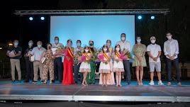 Foto de familia de los pregoneros y las Reinas de las Fiestas con el alcalde y concejales a la cabeza.