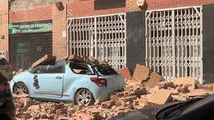 Daños materiales provocados por el derrumbe de una fachada.