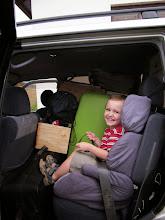 Photo: Verhuizen. Er is nog net een klein plekje over in de auto voor Joel.