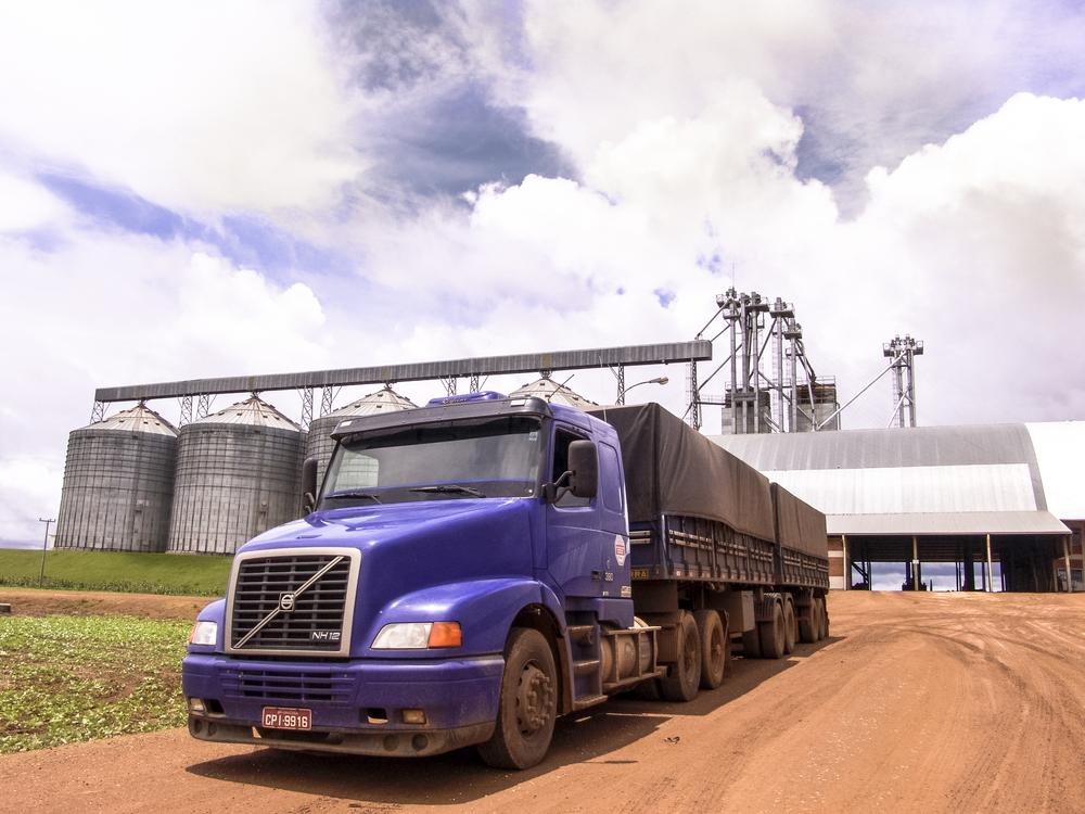 Os caminhões são os grandes responsáveis por levar a soja para os portos brasileiros. (Fonte: Shutterstock/Alf Ribeiro/Reprodução)