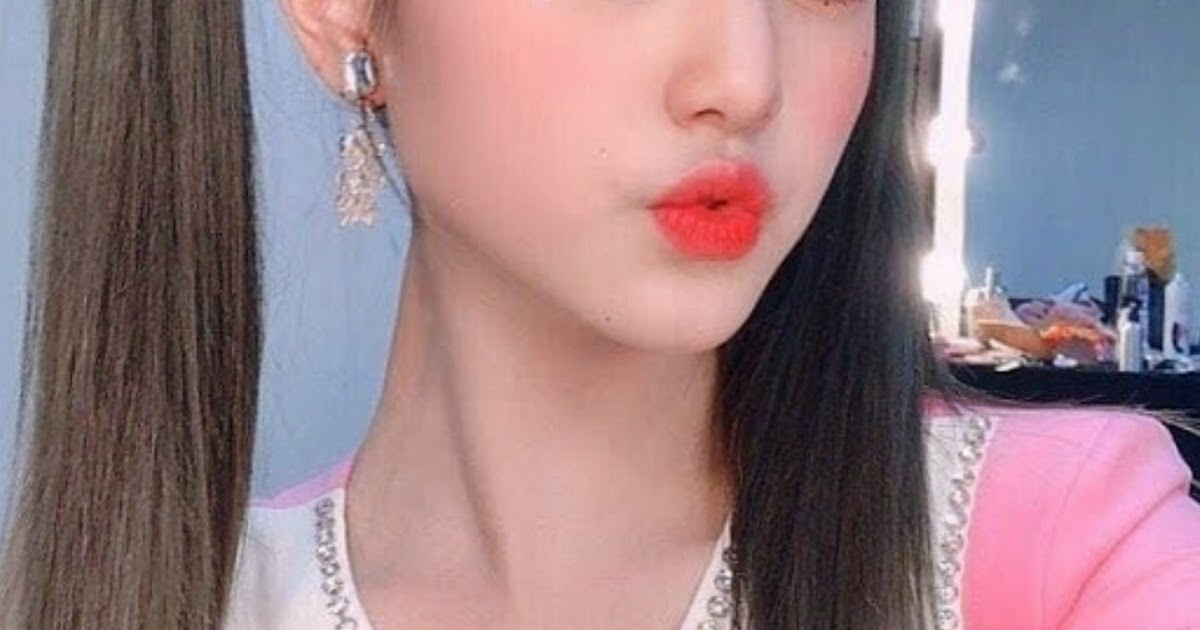 IZ*ONE's Jang Wonyoung Posted Selfies Of Her In Pig Tails