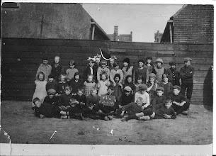Photo: Schoolklas (1928) Er stonden een paar namen op de achterkant van de foto. Schravenmaker, Gouda, Schong, Wijker, Groen. Hier staan de kinderen wel wat vrolijker op de foto.