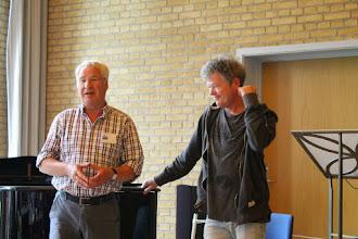 Photo: Henning præsenterer kirkens organist Arne Andreasen.