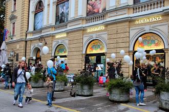 Photo: Mumindan se preveša v muminvečer pred Lutkovnim gledališčem Ljubljana.