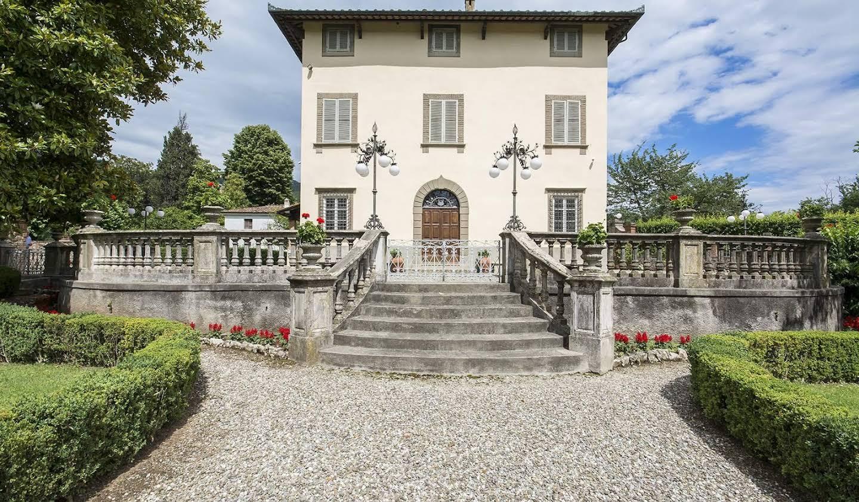 Villa with garden Lucca
