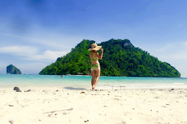 Walk in the sand at the divided sea which connects Chicken Island with Koh Mor and Koh Tup