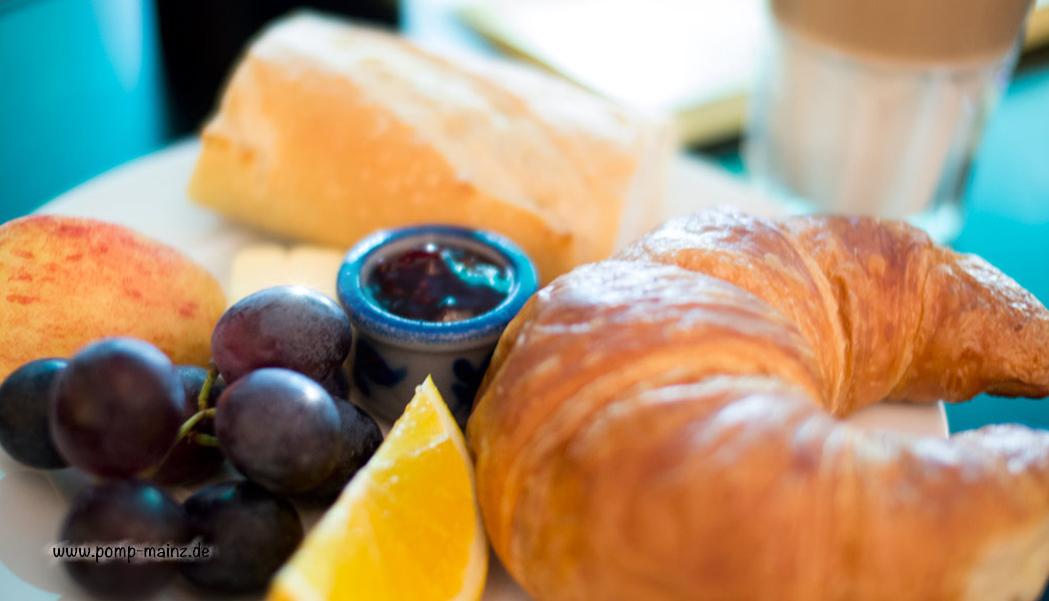 Photo: Französisches Frühstück  Ofenfrisches Croissant, Butter, Baguette & Marmelade oder Honig