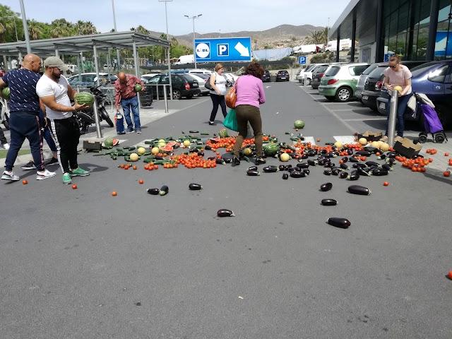 Esturreo de frutas y hortalizas frente a las puertas de un supermercado