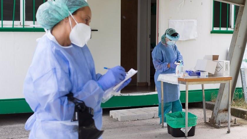 Enfermeras realizan las pruebas PCR, en una imagen de archivo.