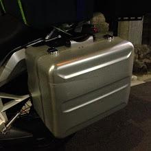 Photo: 厳密に言ふと「無事」ではない・・・。20万円(/左右で)のアルミ張りぼてプラスチックの箱を、ガードレールでギーーーッと(T−T)。