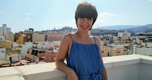 Ana Pérez, en una terraza de Almería con la Alcazaba al fondo.