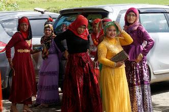 """Photo: Kete´Kesu Tana Toraja (Sulawesi)  ¨Kete Kesu es un pintoresco y típico pueblo escondido en la región montañosa de Tana Toraja, en el sur de Sulawesi. Se encuentra en medio de una vasta extensión de campos de arroz, y es el pueblo más antiguo del distrito Sanggalangi. El pueblo tiene más de 400 años y se dice que no ha cambiado en absoluto en este tiempo. Kete Kusu funciona como una especie de museo vivo, donde se puede experimentar de primera mano la cultura y las tradiciones del antiguo pueblo toraja. Kete Kesu es probablemente más conocido por su fascinación con la muerte, como se muestra a través de sus funerales extravagantes, tumbas y sitios de entierro decorativos colgantes. Se dice que Kete Kesu tiene la cultura megalítica mejor conservada y las mejores tradiciones de celebración de la muerte en todo Toraja.  Este pueblo intemporal es el hogar de cerca de 20 familias. Se compone de ocho """"Tongkonan"""", establecidos en filas una enfrente de otra,  con graneros de arroz conectados. Las paredes de la Tongkonan están adornadas con hermosas esculturas y cuernos de búfalo, que sirven como un símbolo de estatus del dueño de la casa. Un Tongkonan es la casa tradicional del pueblo toraja, que se distinguen por su techo en forma de barco de gran tamaño. La construcción de Tongkonan es una tarea laboriosa, y por lo general requiere de la ayuda de todos los miembros de la familia. En la sociedad original toraja, sólo a los de sangre noble se les dio el derecho de construir Tongkonan, mientras que la gente común vivía en casas pequeñas no muy elaboradas.  Lunes 23 de marzo de 2015"""