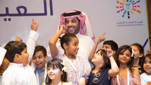 Bonita imagen del presidente rodeado de niños y niñas.