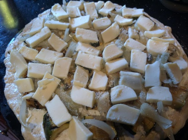 TEAR BASIL LEAVES ONTOP OF PIE N THEN  PLACE SLICED MOZZARELLA AROUND