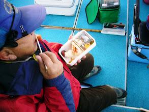 """Photo: 久しぶりの""""えさ釣り""""の釣果写真です! 7か月ぶり(予定していた日がシケばかり)のご乗船カワサキさん! 着くやすぐ弁当。 アンカー潮ですもんねー。"""
