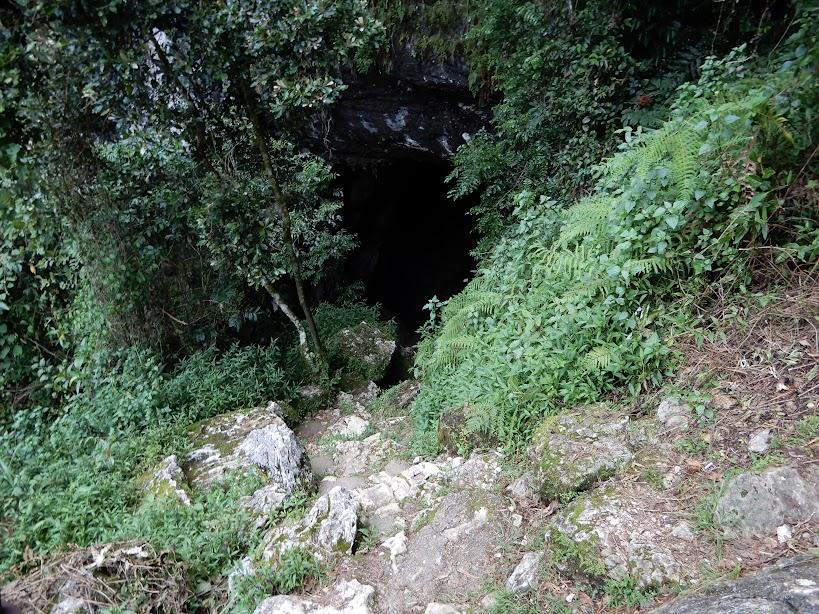 洞窟への入り口