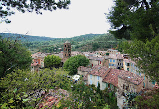 Photo: Moustiers Sainte Marie - Provence Église Notre-Dame-de-l'Assomption  https://www.turistika.cz/cestopisy/provence-moustiers-ste-marie-villecroze-lac-de-sainte-croix-grand-canyon-du-verdon/detail?_fid=j8wd