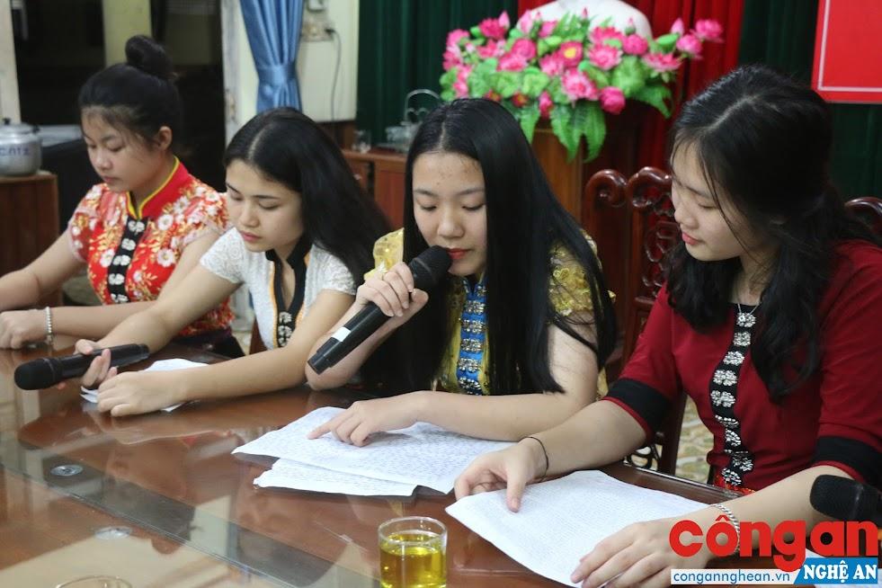Chương trình phát thanh vào thứ 6 hàng tuần của Trường THPT Dân tộc nội trú tỉnh do chính các em học sinh thực hiện (dưới sự hỗ trợ của các thầy, cô giáo)