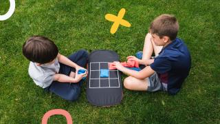 imagen de niños jugando al tres en raya