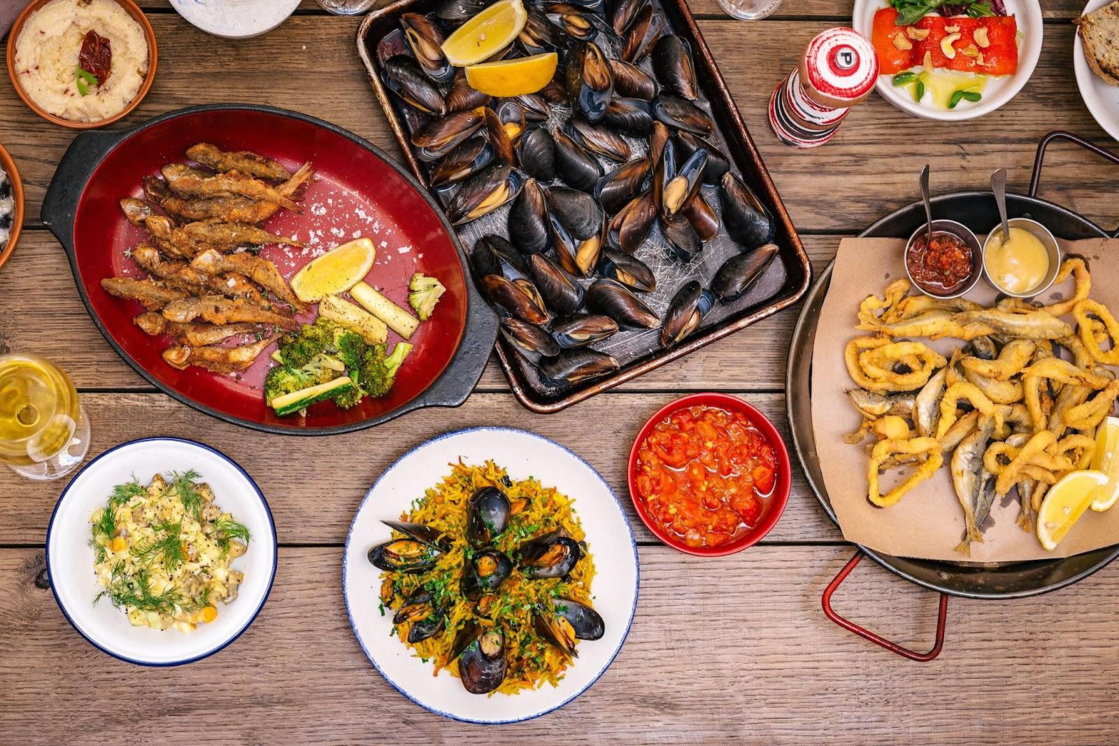 Рыбная закусочная «Фаршированная рыба» в Одессе – от жареных хрустящих бычков до мяса мидий в сливочно-сырном соусе.