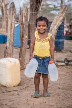 Photo: La niña y el agua - comunidad de Jawapiakat - Maicao