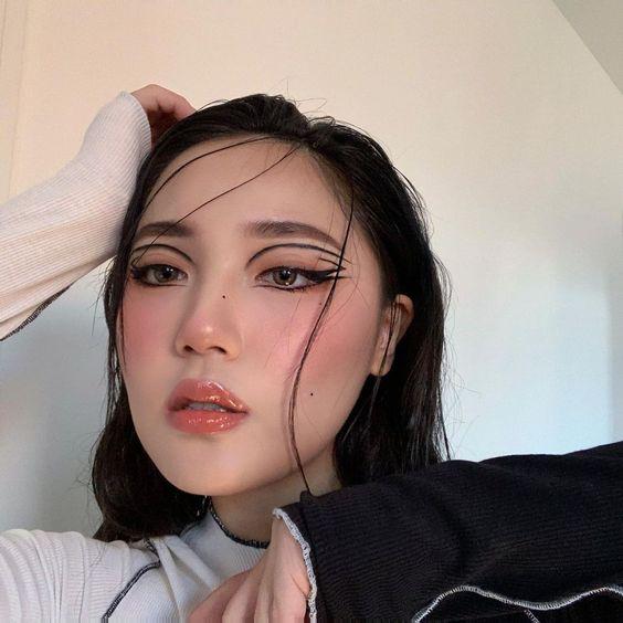 Lớp makeup nhẹ nhàng nhưng vẫn cá tính theo trend TikTok.