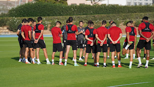 Rubi dando instrucciones a los futbolistas en el campo Anexo.