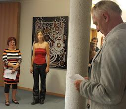 Photo: Galeristin Karin Weber (www.galerie-mitte.de) und Doreen Wolff lauschen den Worten von Herrn Dr. Nikolaus