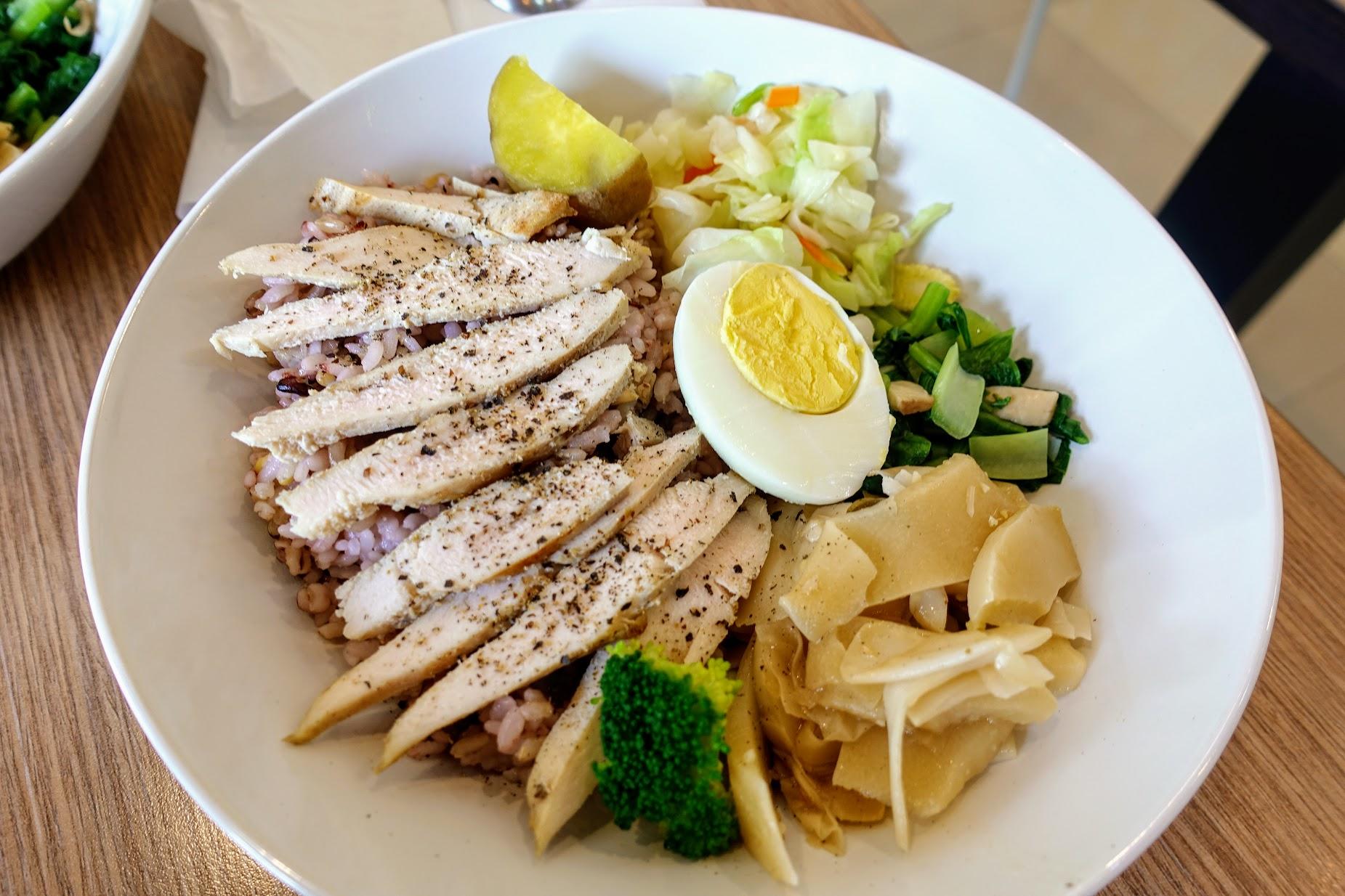 椒鹽嫩雞胸餐,跟上頭的配菜相同