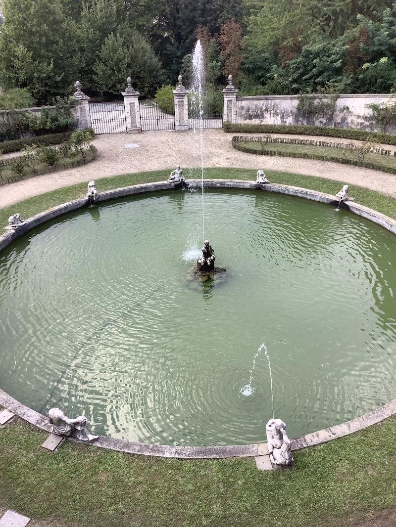 Varietà di verde: Fontana e parco regale di Pierafff