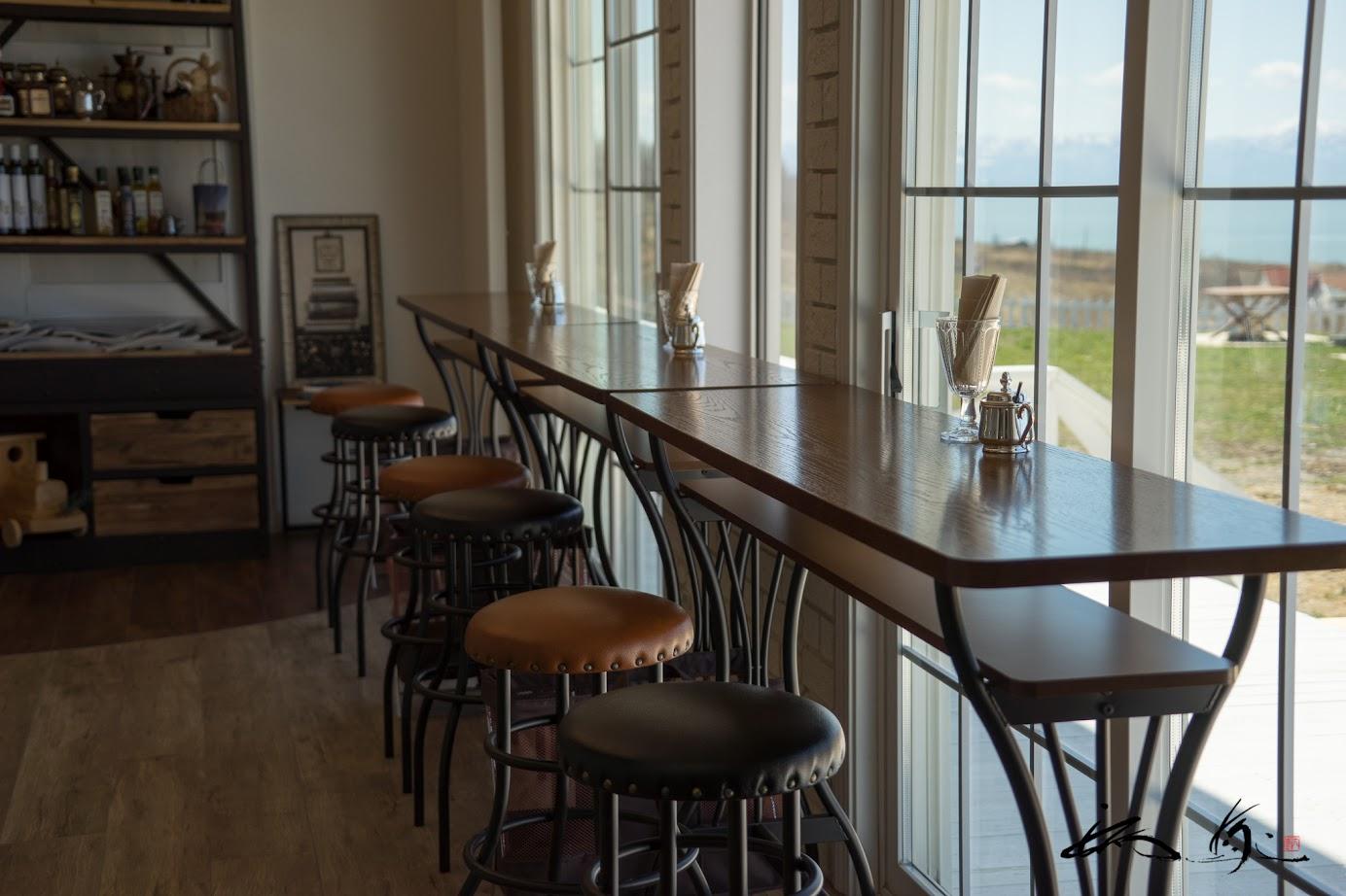 海を見渡せる窓際のカウンター・テーブル
