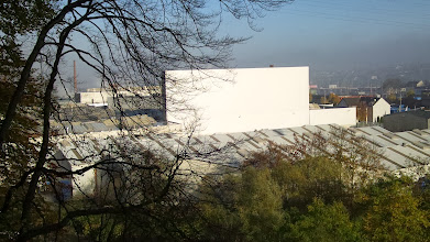 Photo: Blick auf die Schwerindustrie zwischen Altenhagen und Eckesey (nahe der Ennepe-Mündung). Im Hintergrund rechts ein Teil der Fuhrparkbrücke(?). In der oberen rechten Bildecke eine zum Umspannwerk führende mehradrige Hochspannungsleitung.