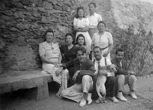 Photo: Al pati de Can Batlle, amb la família de la seva esposa Maria i amics. També hi apareix la gossa Faluga, a qui dedicà una sardana © Vinyes dels Aspres (courtesy of Xavier Albertí)