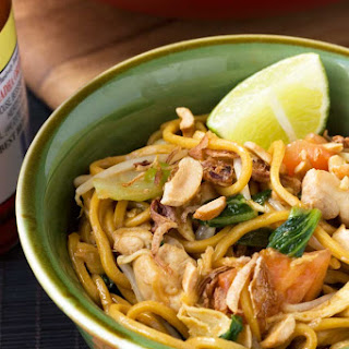 Mee goreng (spicy Indonesian noodles)