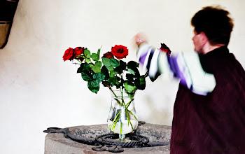 Photo: Zur Vorbereitung der Gottesdienste werden zuvor die Dorfkirchen mit frischen Blumen geschmückt.  Art, Culture and Civilization