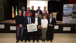 Foto de familia del momento de la clausura de las Jornadas con el reconocimiento al alcalde de Toril.