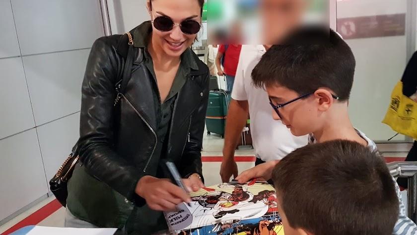 La actriz Gal Gadot firmando a dos pequeños cinéfilos a su llegada a Almería (Foto: Cine en Serie).