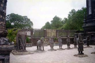 Photo: hàng tượng đá người, ngựa, voi trước lăng Khải Định