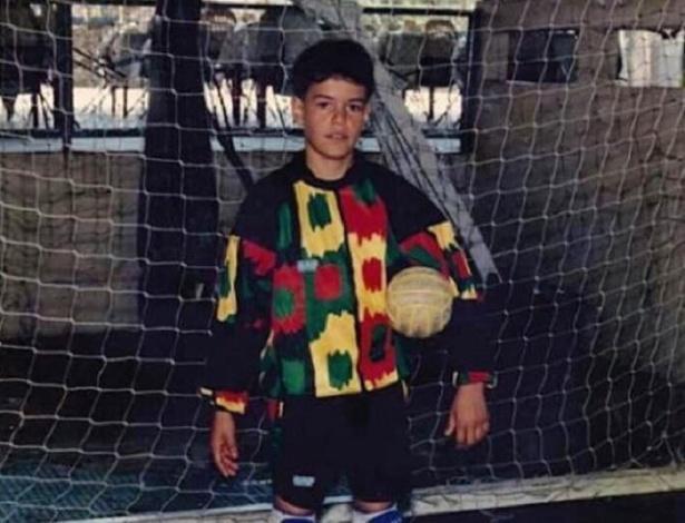 O menino Wilson goleiro de futsal: artilheiro batendo livres e pênaltis na quadra