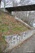 Photo: Stützmauer und geschotterter Weg neben den U-14-Gleisen (rechts nicht im Bild)