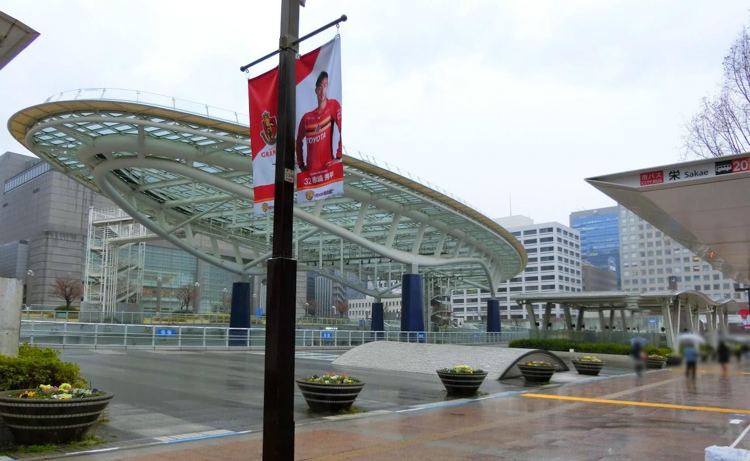名古屋市の中心部さかえオアシス21のバスターミナル路上のりば