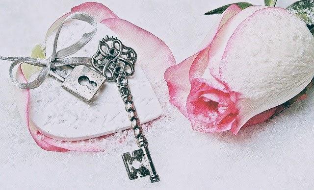 イメージ写真。アンティークな鍵と一輪のばら