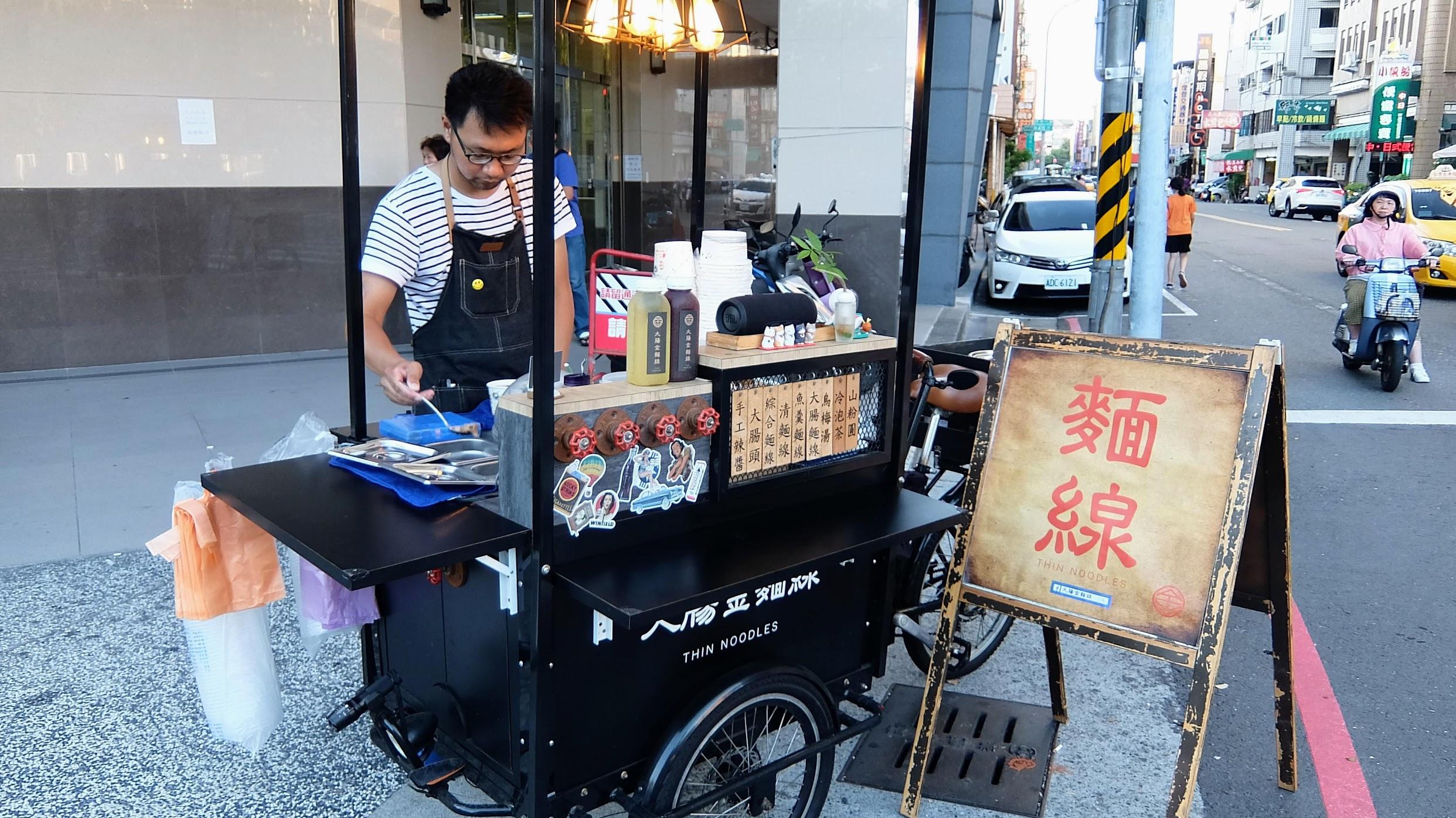 """抓! 這是一個餐車,在七賢脊椎外科外發現的,店名就是""""大腸金麵線"""""""